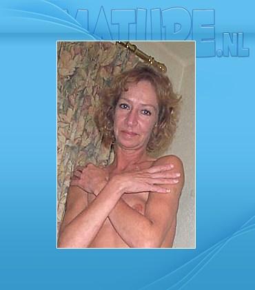 Amateur mature slut posing naked outside